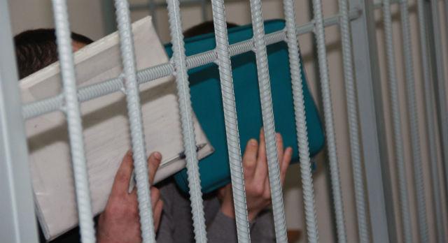 Пока идет допрос свидетелей, Эдуард Тарханов и Ринат Ибрагимов о чем-то перешептываются