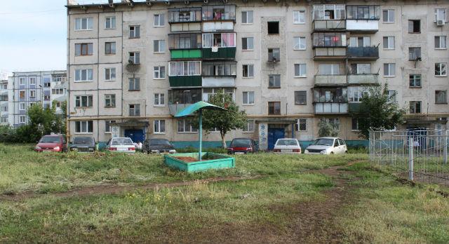 """Двор по улице Чернышевского также находится под попечительством компании """"АЛНАС""""."""