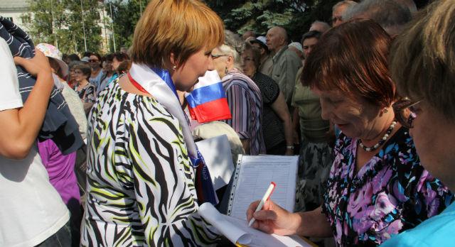 Пятеро активистов собирали подписи под резолюцией митинга