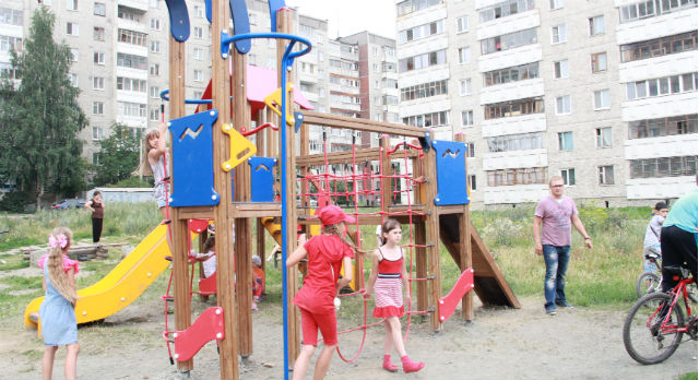 Детский городок открылся только в пятницу, а слух о нем разошелся уже далеко за пределы двора. Дети приходят сюда даже из микрорайона Хромпик.