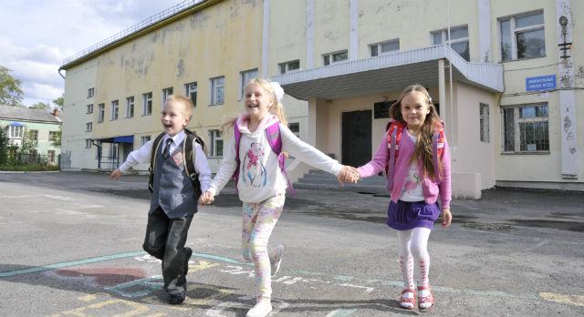 Саша Пантюхин,  Даша Бартоломей и Алина Лоншакова больше не хотят есть биточки из свеклы в детском саду. В школе их будут кормить пельменями, уверены первоклассники.