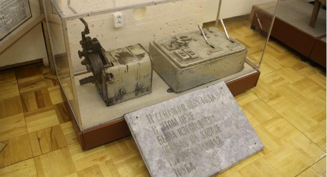 Каждый экспонат находит свое место. Пульт управления реечным станом цеха № 1 дополнила  мемориальная доска в честь выпуска первой горячекатаной трубы.