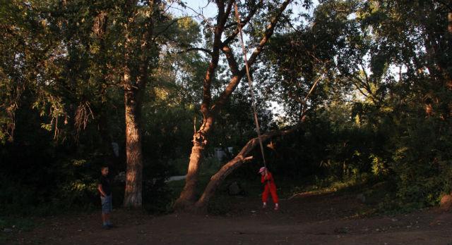 По словам жителей, тарзанку здесь повесили наемные рабочие из средней Азии. Сейчас сюда сбегается не только местная детвора, но и ребята с Динаса. За лето скорая помощь сюда приезжала ни один раз.