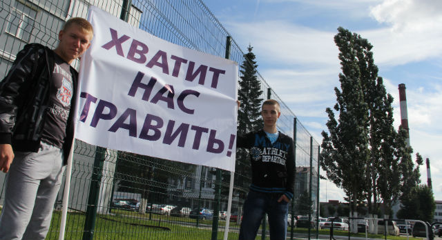 Сергей Жадов (на фото слева) учится в Тюменском военном училище, сейчас в Первоуральске на каникулах. Хоть большую часть времени живет не дома, на пикет вышел, потому что на город ему не наплевать.