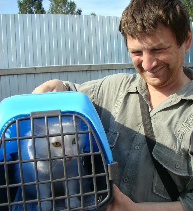 Александр Еремин: «Привез в приют котенка, крошечного,  еще глазки не открылись.  Забрал  у девчонок во дворе, они его из пипетки выкормить пытались, похоже, у бездомной кошки отняли... Котенок маленький и девчонки маленькие, вряд ли бы что-то получилось, а здесь может кошку с котятами удастся найти, подложить его к приемной мамаше. Взамен  взял вот этого красавца». Полуторагодовалый белоснежный и пушистый  кот Ирис против нового хозяина, кажется, не возражает.