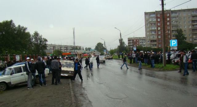 Верующие мусульмане сегодня заполонили улицу перед соборной мечетью.