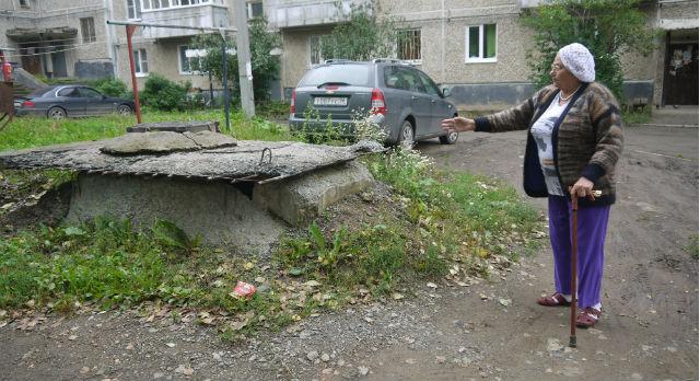 Антонину Белосудцеву раздражает полуразрушенный колодец, от которого на весь двор несет канализацией.
