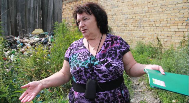 Алла Коваленко считает, что эта мусорная куча мешает ей жить. Но убирать за другими принципиально не хочет: «Почему они сорили, а мы будем убирать?!»