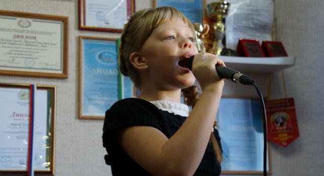 Даша Мамаева легко согласилась исполнить несколько песен, несмотря на насморк