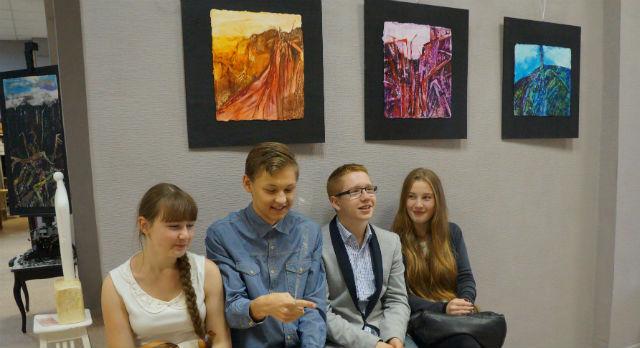 Молодые пришли на выставку компанией. Живопись итальянца им понравилась.