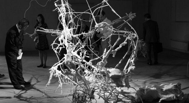 «Неопознанные оживающие объекты» художников Елены и Дмитрия Каварга — инсталляция из двух скульптур-роботов