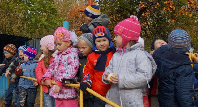 В конце съемки вся средняя группа детского сада №57 собралась на улице, чтобы прокричать финальное поздравление