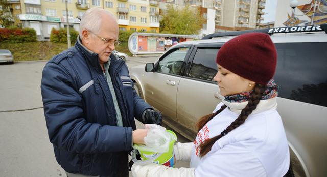 Александр Слабука обещал внучке с утра поездку в Екатеринбург, но первым делом пришел на площадь, принес мелкие деньги.