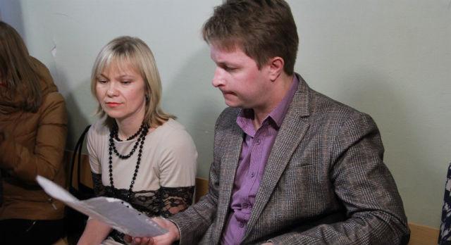 Через пять минут после начала заседания, Ольге Ошурковой и ее адвокату Денису Самарину учителя из коридора передали лист бумаги с подписями в защиту их бывшего директора. Педагоги хотят, чтобы суд учел и их мнение.