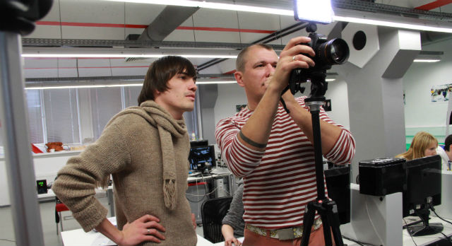 Сталкер Андрей Ветошкин и оператор Артем Полосатый готовятся к съемкам, разбирают технические моменты.