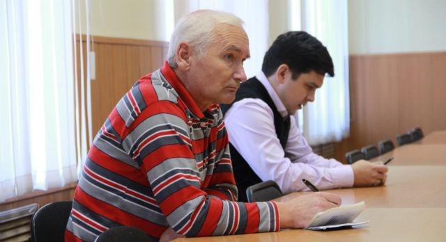На переднем плане — Юрий Волков, единственный представитель общественности, кто пришел на слушания.