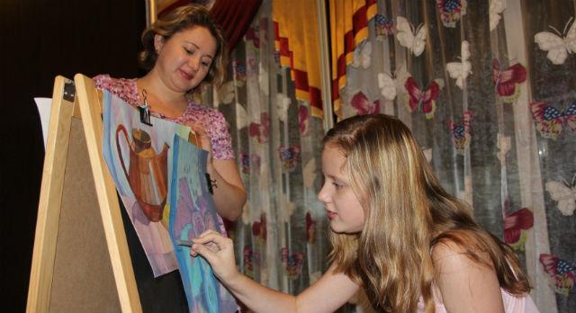 Саша и Наталья Васильевна не могут договориться: дочка мечтает быть свободным художником, а мама хочет, чтобы дочь связала жизнь с медициной.