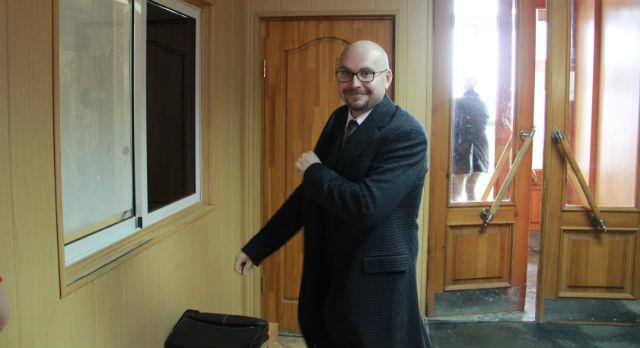 Самый таинственный кандидат на пост сити-менеджера — Антон Муртазин. Он категорически отказался давать какие-либо интервью. Пришел позднее всех. Ушел тише всех.