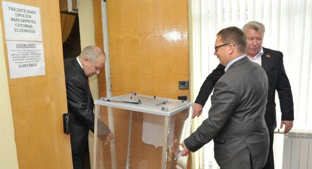 Голосование за главу городского округа было тайным. Владиславу Изотову (справа) и Николаю Шайдурову (слева) было доверено произвести подсчет голосов