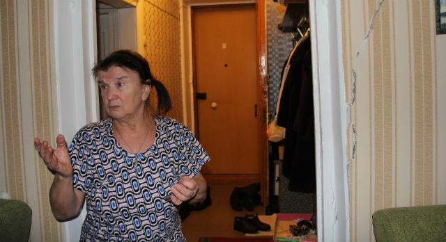 Дом №3 на улице Карбышева, в котором живет Наталья Павлова, раскололся на две части в 2010 году. Потом был сделан ремонт, но история повторилась вновь летом 2012 года. Окна жильцов перестали открываться, трещины на потолке и стенах обесценили ремонт. Выявить причину разлома экспертизе не удалось, поэтому, скорее всего, дом будет признан аварийным. Иногда жильцы слышат небольшой шорох — как будто в доме завелся барабашка. Возможно, это связано с движением стен.