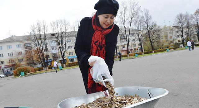 Светлана Титова принесла деньги, которые собрали сотрудники музея истории ПНТЗ.