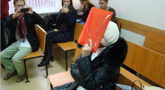 Во время суда Татьяна Самойлова старательно прятала лицо.