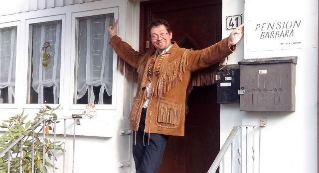 Такую индейскую крутку ручной работы Дмитрий Жильцов приобрел в Германии по просьбе барабанщика из Ревды. Барабанщику «Запасного выхода» Александру Зимину Дмитрий привез именные палочки Ринга Стара, а друзьям-гитаристам — по комплекту струн.