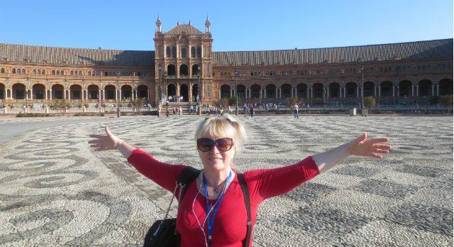 Ольга Варганова га площади Испании в Севилье.