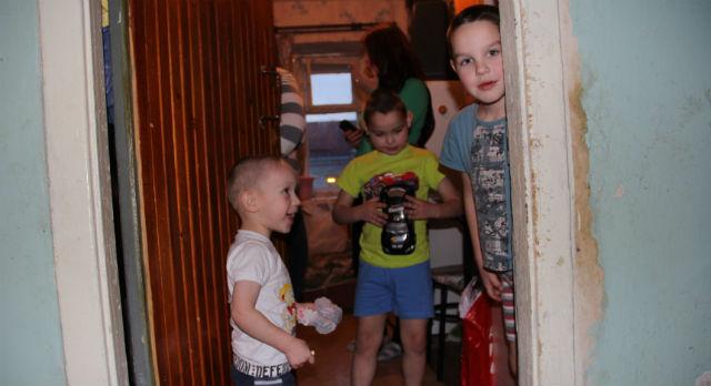 Старшему сыну Елена 8 лет, среднему 6, а младшему — три года. Семья живет на 17 тысяч рублей в месяц
