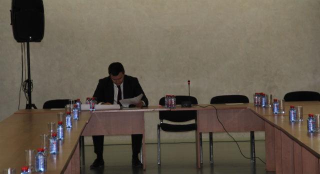 Алексей Дронов пришел за 15 минут до начала заседания, но к прессе так и не подошел.
