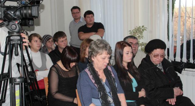 В зале суда собралось не менее двух десятков людей — родных и знакомых   тех, кто погиб в страшном ДТП летом