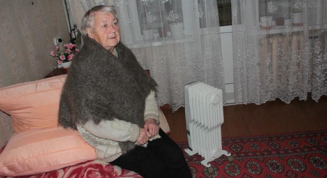 Тамара Мозлова замерзает в неотапливаемой квартире. У пожилой женщины болят суставы, а недавно она чуть не отравилась газом, которым пыталась обогреть свою квартиру. При этом Тамара Николаевна не понимает, почему она должна оплачивать счета за отопление.