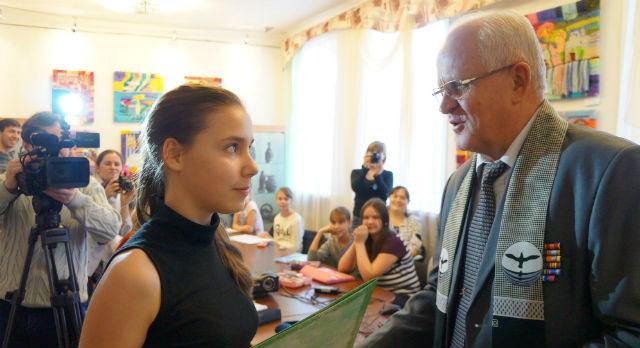 Александр Слабука поблагодарил юных художниц за мужество.