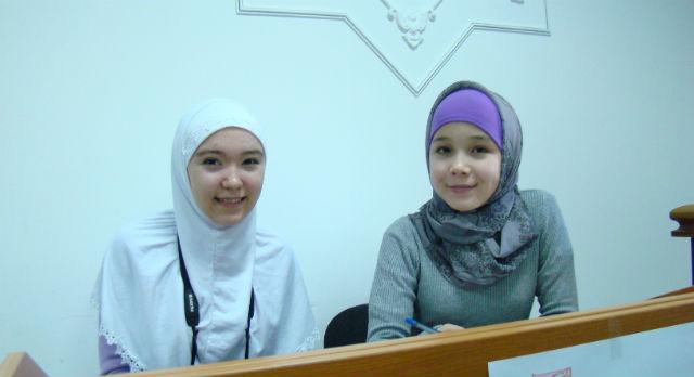 Алина Кашапова и Алина Нусратова — юные прихожанки мечети