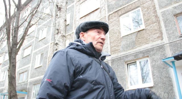 Николай Чебыкин не уверен, что все жители смогут скинуться на капремонт фасада, но осыпающихся стен опасается.