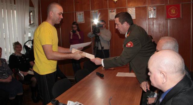 Сергей Дорманов вручил благодарственные письма  родителям солдат-срочников.
