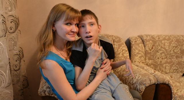 Татьяна и Алеша Скрябины. Доктора советует матери уже не тратить деньги на лекарства, а покупать ребенку фрукты — пользы больше