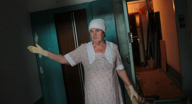 Пенсионерка Мария Левковец живет на пятом этаже проблемной девятиэтажки на Советской, 22а. В сравнении с пенсионерами, живущими на девятом, ее путь домой можно считать разминкой