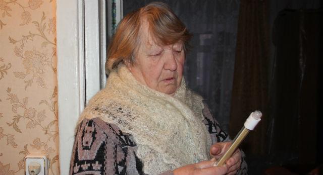 Шали и кофты не уберегли Зинаиду Отеву отпростуды, ведь в ее квартире всего восемь градусов тепла