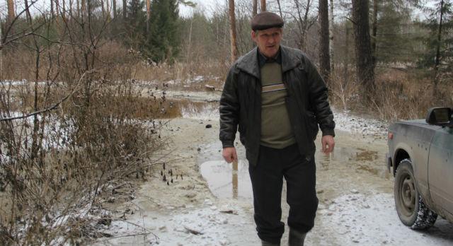 В усыхании леса виноваты стоки с птицефабрики, уверен Борис Трефелов.