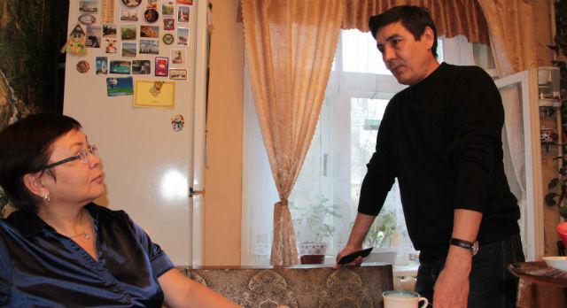 Семья Галимовых в середине 90х оплатила 45 кв.м и должна была переехать в двухкомнатную квартиру. Но такой радости не случилось. Сейчас Гуля и Ильдус уверены: «Играть в азартные игры с государством никак нельзя. Так получилось, что оно нам одной рукой дало, а двумя забрало».