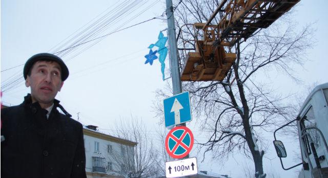 Константину Дрыгину досталось украшать к Новому году улицу Ватутина. Вот такие светящиеся консоли появились на столбах буквально вчера.