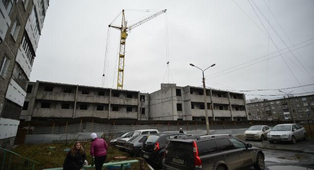 Сейчас на месте дома, в который должны были заехать супруги Галимовы, строят сразу два новых дома.
