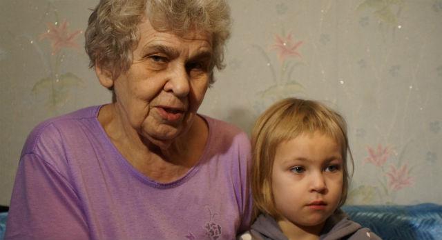 Маленькая Ника кочует по бабушкам и знакомым. Пока девочка  не жалуется, но часто спрашивает: почему она больше не гуляет с детками?