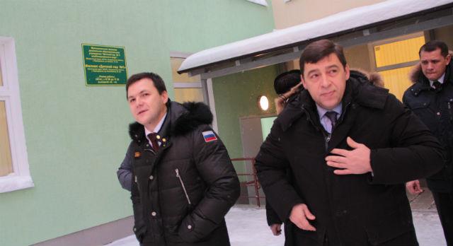 В конце декабря строительные площадки детских садов посетил губернатор Евгений Куйвашев. Глава администрации Первоуральска Алексей Дронов провел экскурсию по д/с №1 — самому готовому на тот момент.