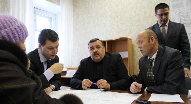 На прием к Алексею Дронову, главе администрации Первоуральска,  не протолкнуться: билимбаевцы спешат рассказать о своих проблемах. Удалось поделиться бедами только четырем десяткам жителей.
