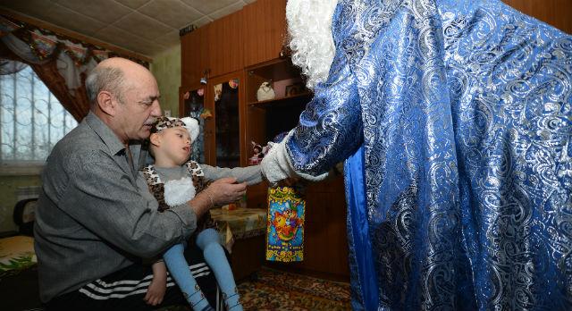 Дедушку Мороза Кирилл Киселев ждал вместе с мамой и дедушкой. Взрослые очень долго обсуждали, стоит ли приглашать Мороза в гости, и всетаки решили подарить ребенку праздник, новые эмоции. Это первый Новый год, когда Кирюша не ослаблен болезнями, и «Городские вести» также надеются, что здоровье мальчика в 2014 году только укрепится.
