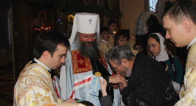 Митрополит Кирилл во время божественной литургии в первоуральском храме Петра и Павла.