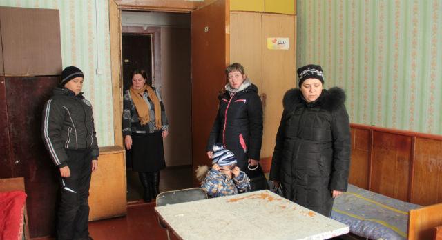 Рашида Брехова осматривает комнату в общежитии, где им придется жить в ближайшем будущем