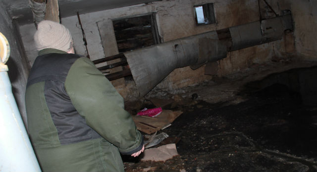 Неисправность в подвале досождает жильцам первого этажа постоянно. Коммунальщики пока лишь устраняют разовые засоры, а утечку обнаружить никак не могут.